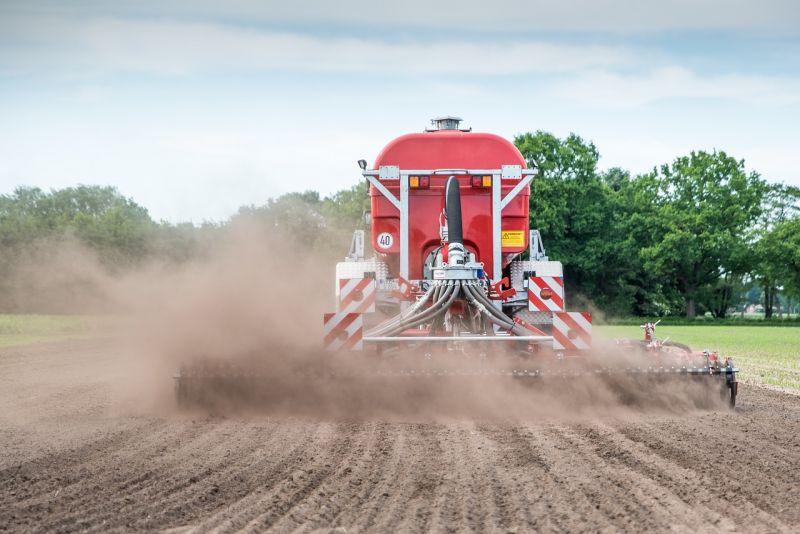 Traktor mit Geschwindigkeitsschild